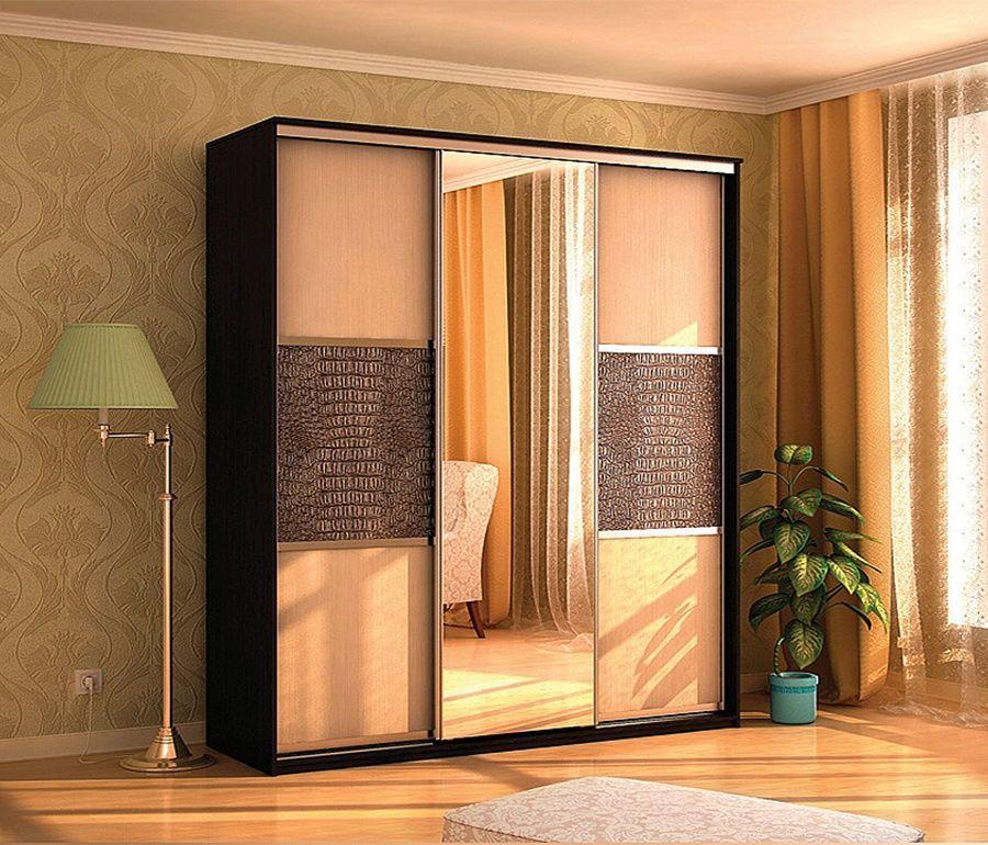 Шкаф-купе платяной трехдверный де-люкс в салоне элитной мебе.